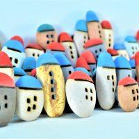 Magnet Pebble House Red & Blue ceramic