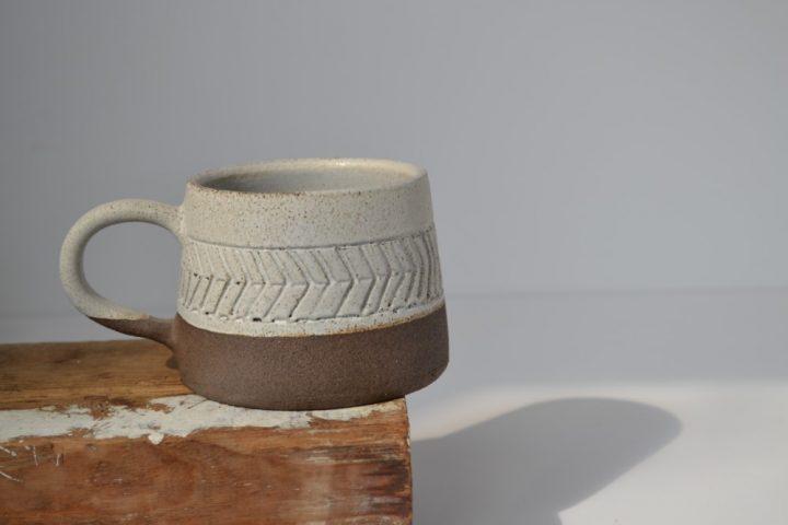 Fishbone Carved Mug Ice/Brown ceramic